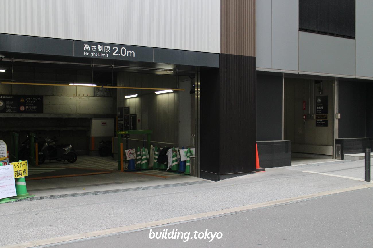 渋谷ヒカリエ。駐車場・バイク駐車場・原付バイク駐車場は、同じ入り口です。右隣に自転車駐輪場用の入り口があります。