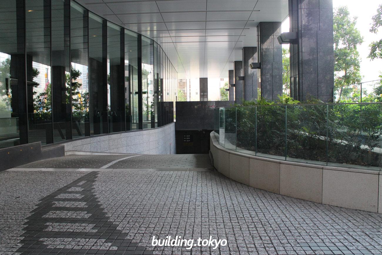 京橋トラストタワー、駐車場入り口。