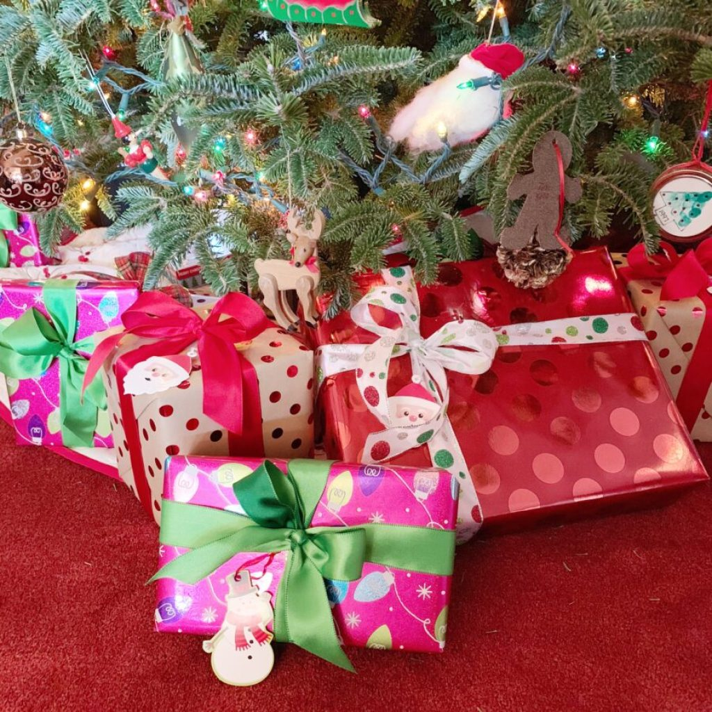 Reuse ribbon to wrap present each Christmas | Building Bluebird #holidaydecor #christmas #holiday