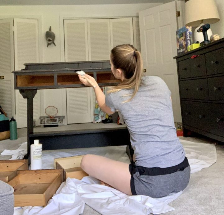 Painting an old desk with Rustoleum furniturekit