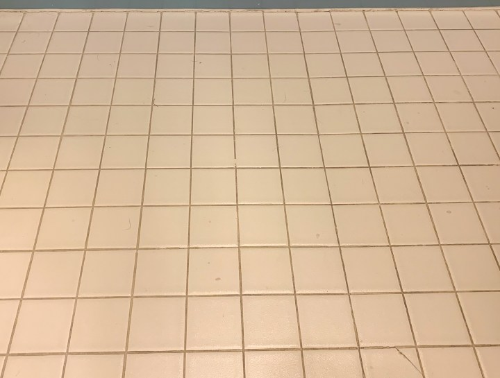 How to clean dirty, original tile floor grout with vinegar, baking soda and water | Building Bluebird #diy #bathroommakeover