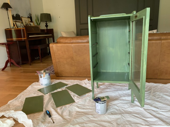 How to paint furniture using a muddy green - Oakmoss by Sherwin Williams | Building Bluebird #heidicaillier #moodygreen #sw6180