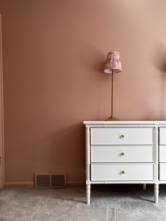 Likeable Sand by Sherwin Williams for this vintage girls bedroom makeover | Building Bluebird #swcolorlove