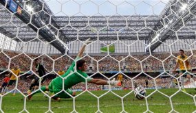 Spain's David Villa, second left, scores the opening goal during the group B World Cup soccer match between Australia and Spain at the Arena da Baixada in Curitiba, Brazil, Monday, June 23, 2014. (AP Photo/Jon Super)