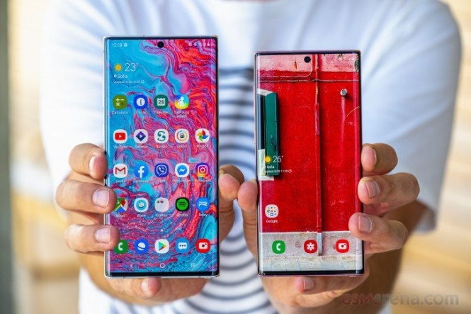 Samsung Galaxy Note10+ on the left, Note 10 on the right
