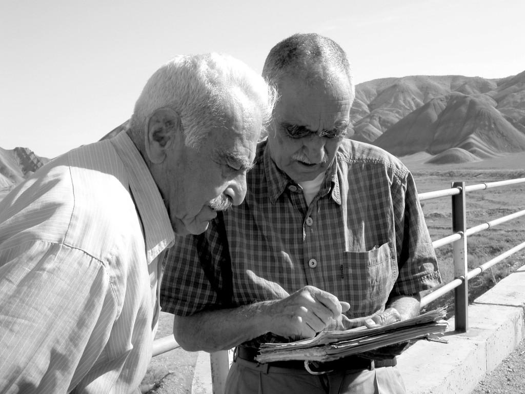 دکتر ستوده در کنار یار همیشگی سفرهایش ایرج افشار