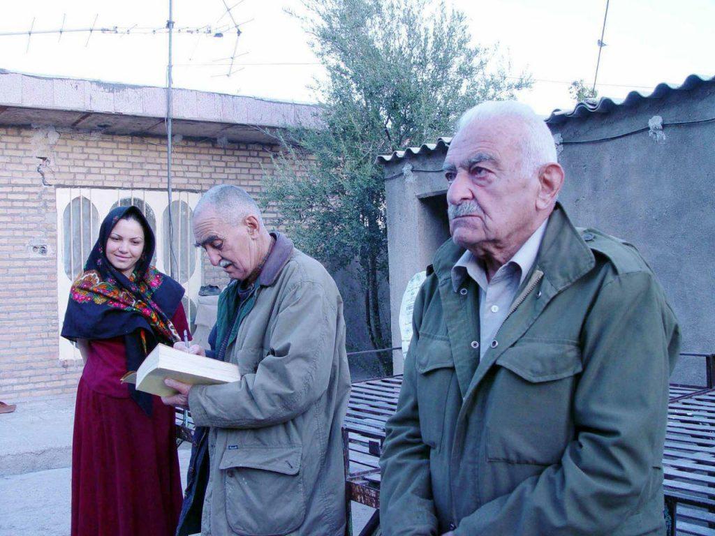 دکتر منوچهر ستوده و ایرج افشار که برای همسر منوچهر تتری کتابشان را امضا می کنند.