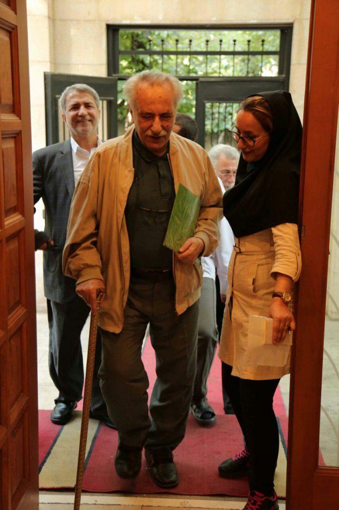 استاد بهاءالدین خرمشاهی هنگام ورود به کانون زبان فارسی