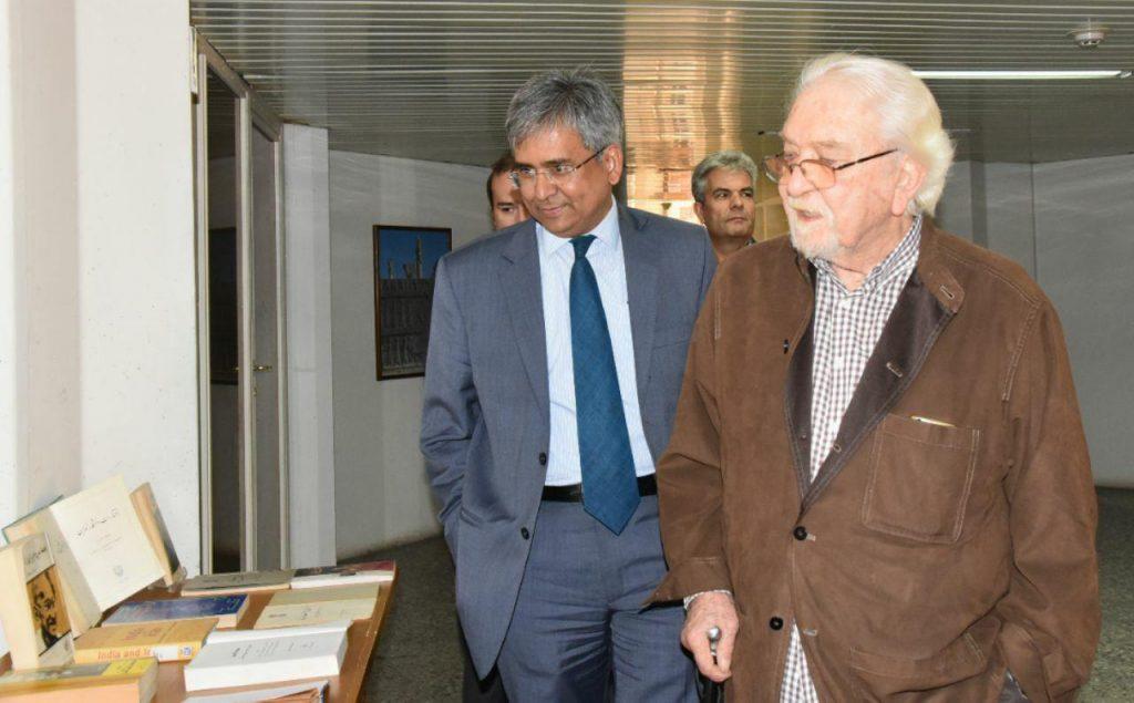 در بازدید از نمایشگاه کتابهای مهاتما گاندی و درباره استقلال هند به زبانهای فارسی و انگلیسی.
