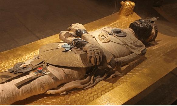 Tutanchamono mumija.png