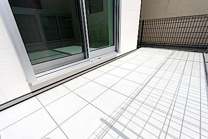素材を重視したテラスのタイル