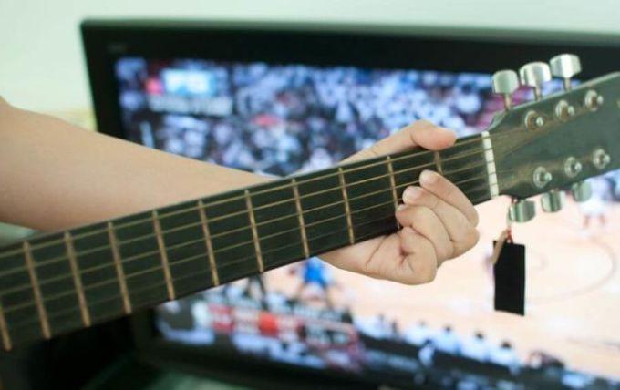 Melatih kekonstrasian dalam bermain gitar