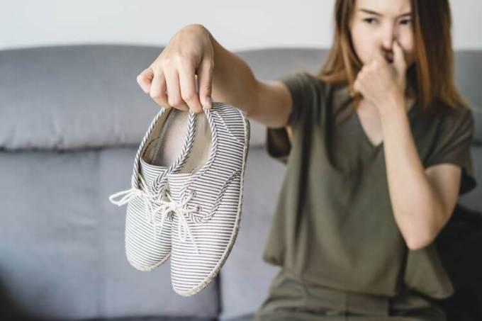 cara menghilangkan bau sepatu setelah dicuci