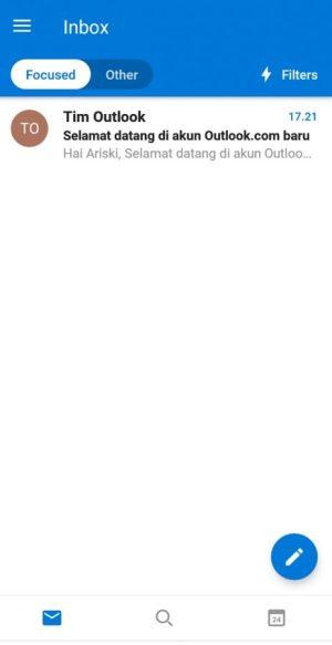Tampilan halaman utama kotak masuk pada aplikasi Outlook Mobile