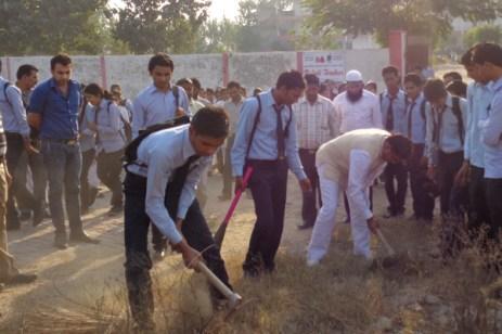 देश के प्रधानमंत्री नरेंद्र मोदी के सफाई अभियान से प्रभावित होकर बुलंदशहर के संतोष स्कूल में भी सफाई अभियान चलाया गया।