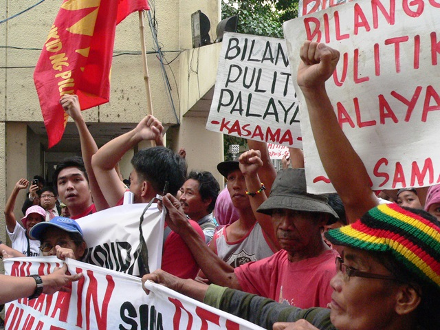 Peasants march from agrarian department to QC Regional Trial Court to demand the release of the Tiamzons and all political prisoners. (Photo by DEE AYROSO / bulatlat.com)