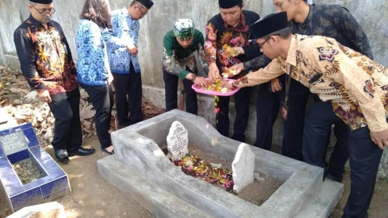 Peringatan Hari Pahlawan, KPUD Kota Banjar Ziarah ke Makam Petugas PPS yang Gugur.