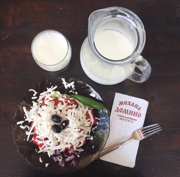 Aquae Calidae Mehana Domino - ravintolan shopska ja airiyan-juoma