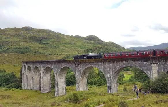 Harry Potter Zug auf dem Glenfinnan Viadukt - Tipps und Fahrtzeiten