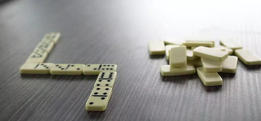 Spiele, die auch bequem im VW-Bus mitkommen können - Reisespiele für unterwegs - Domino