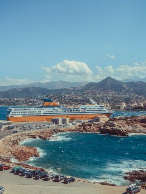 Blick auf Hafen von Île-Rouss