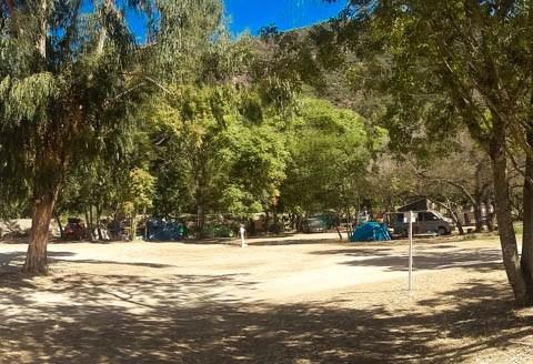 Großzügiger Platz mit vielen Plätzen unter Bäumen