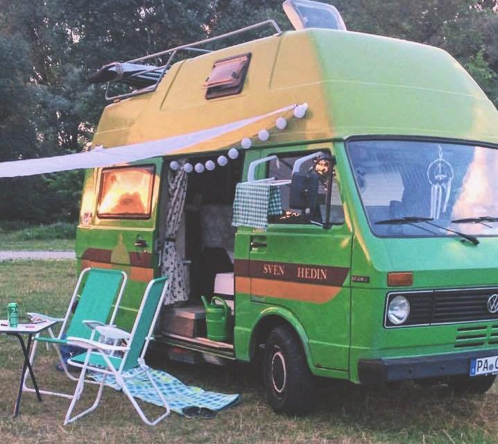 grüner VW LT BUS