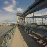 Wir überqueren die Donau auf der Kettenbrücke