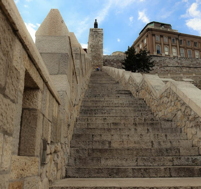 Es geht wieder Treppen hinauf zum Burgpalast