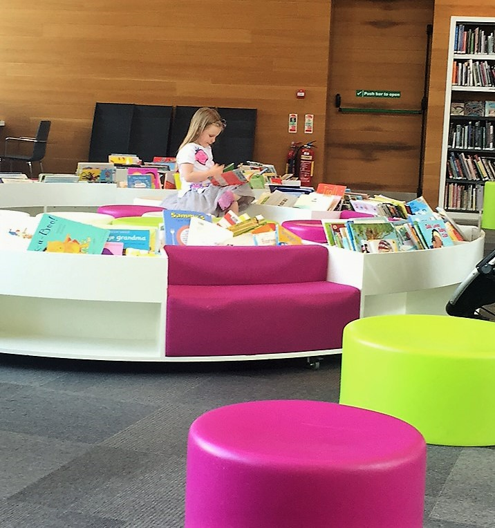 girl-library-reading
