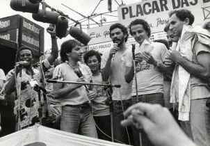 Sócrates dalam demo Gerakan Demokrasi Corinthians 01