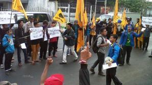 Aksi demo PMII Kabupaten Malang di Jl Panji, Kepanjen, Selasa 25 November 2014