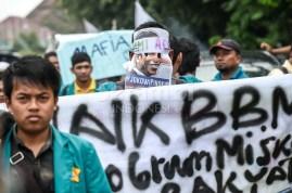 Mahasiswa di Banda Aceh melakukan demonstrasi menuntut diturunkannya harga bahan bakar minyak di Gedung Dewan Perwakilan Rakyat Aceh4