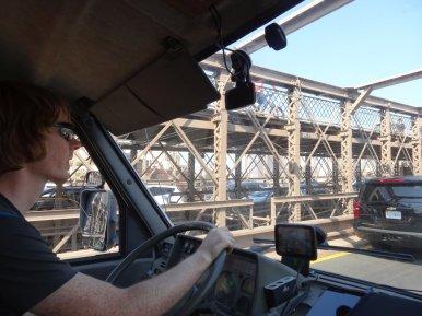 Thomas fährt uns über die Brooklynbridge