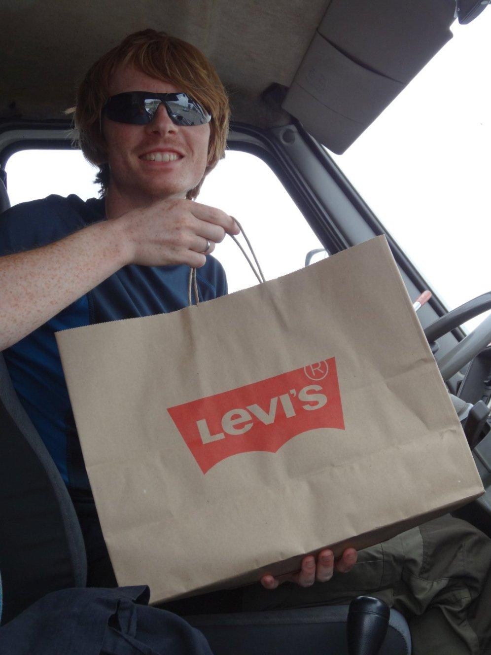 Thomas brauchte eine neue Hose - dank günstigem Outlet-Store wurde es sogar eine Levis