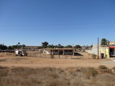 Neben der Hauptstraße liegen die kleinen Dörfer im Dreck