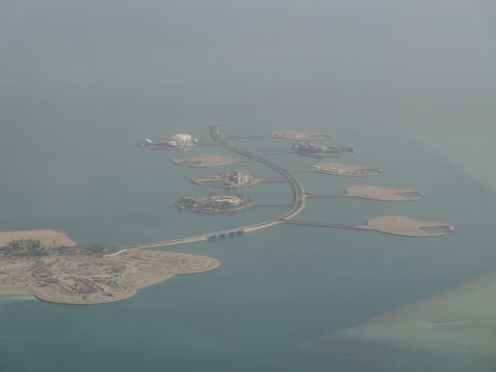 Aufgeschüttete Inseln für neue Gebäude rund um Doha