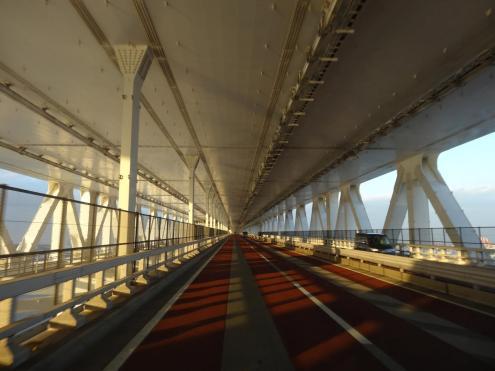 Auf gehts nach Tokio - wer nicht zahlt bekommt auch keine Aussicht auf der Brücke sondern fährt unten drunter