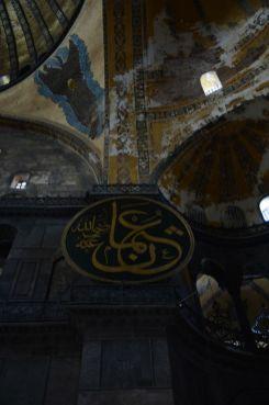 Große Holzschilde mit arabischen Schriftzügen