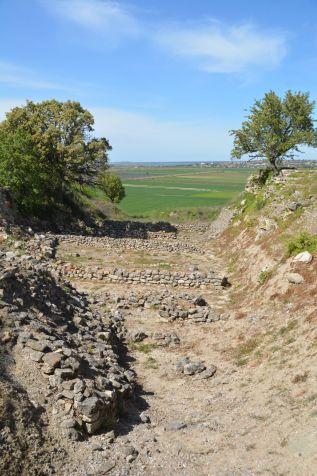 Schliemanns Graben - verlief einmal durch den gesamten Hügel bis er auf Fels stieß