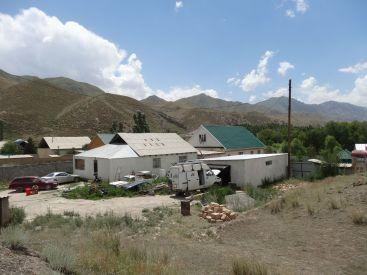 Wir stehen irgendwo in Naryn in einem Hinterhof