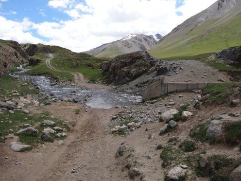 wenn die Brücke weg ist: ALternativroute durch den Bach nehmen!