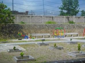 Taman bermain yang msih gersang dan minim mainan