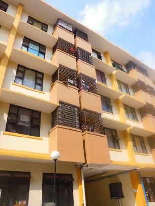 bagian balkon menjorok di batasi semacam pager, di situ nampaklah semua jemuran untuk di suguhkan :P