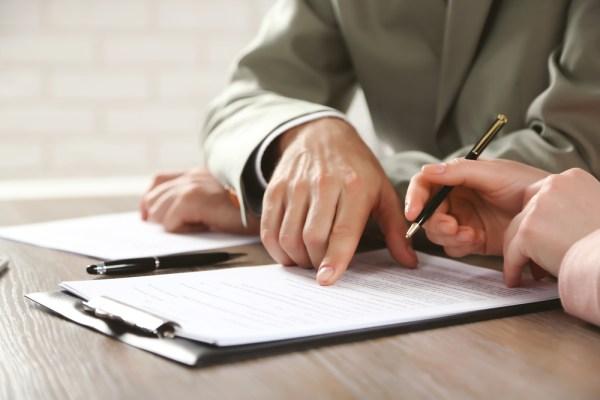 Citirea cu atentie a contractului de munca, inainte de semnarea lui