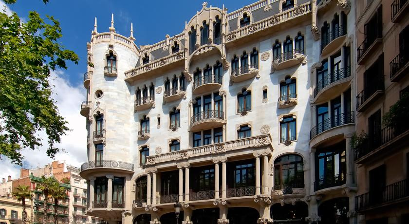 exclusive-hotels-in-barcelona-casa-fuster-facade
