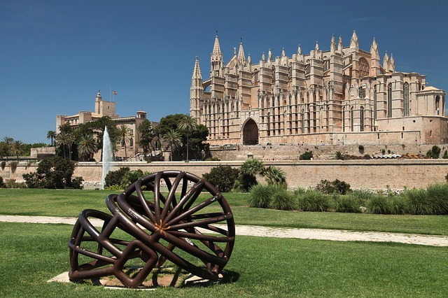 best-hostels-in-spain-palma-de-mallorca-cathedral