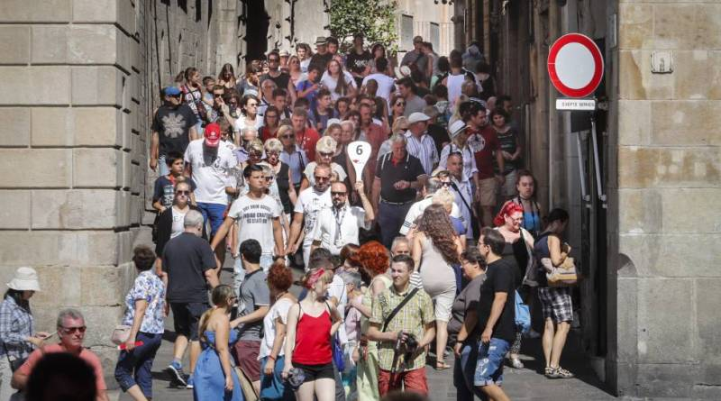 stay-near-barcelona-crowded-streets