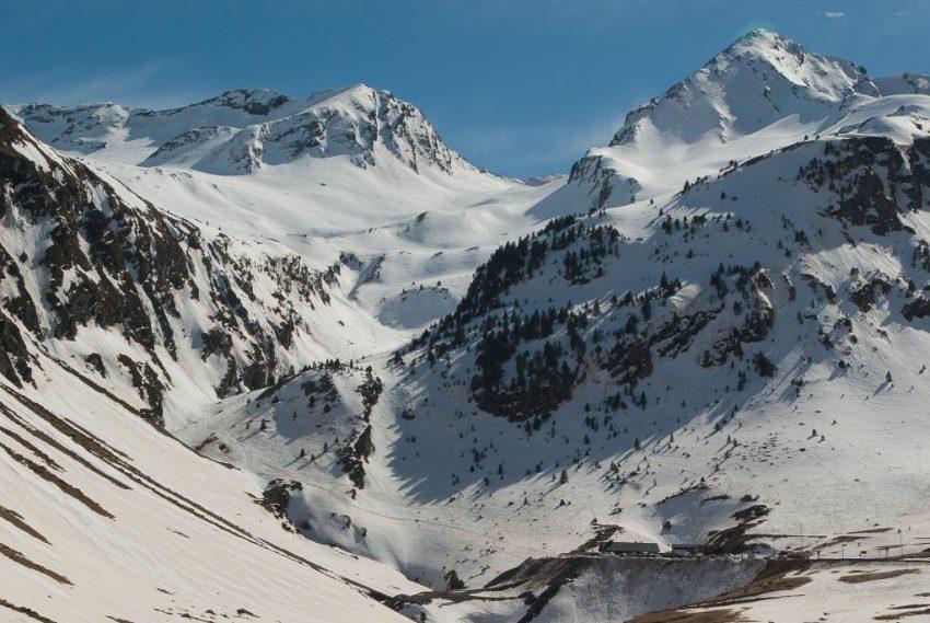 best-ski-resorts-near-barcelona-snow-mountains