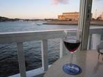 テラス席で赤ワイン